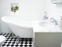 Das Badezimmer mit Badewanne ist für das Zimmer Brita und das Zimmer Pigkammaren gemeinsam.